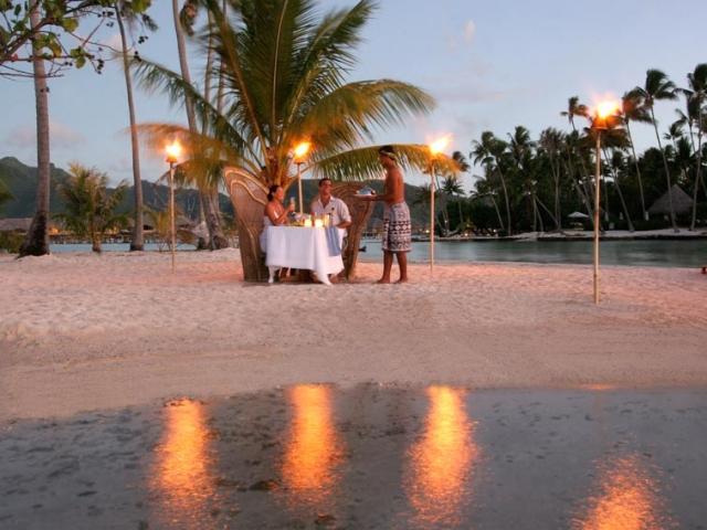 《ル タハア リゾート&スパ》 ビーチでのプライベートディナー