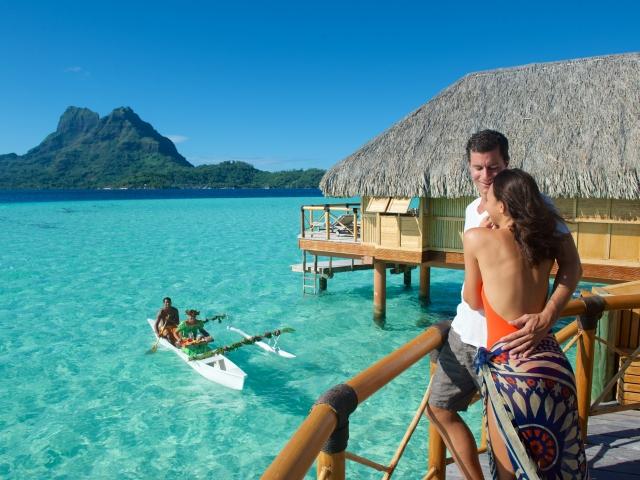 《ボラボラ パールビーチ リゾート アンド スパ》 カヌー朝食サービス
