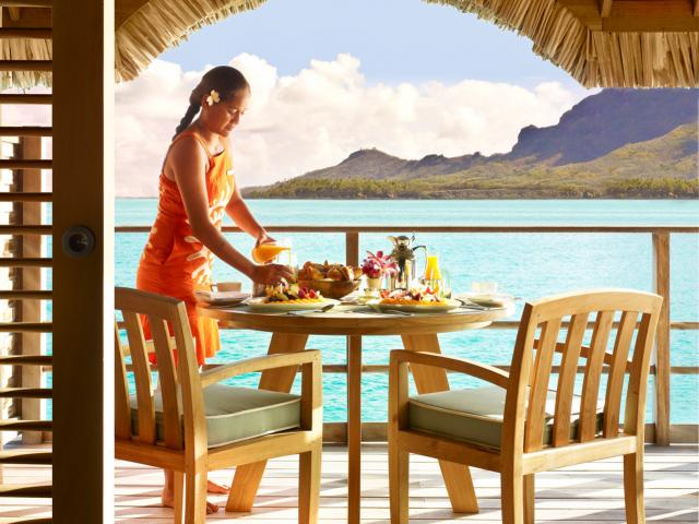 《フォーシーズンズ リゾート ボラボラ》 カヌー朝食サービス
